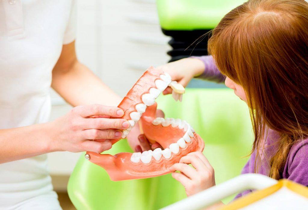 Vaikai odontologo kabinete noriai mokosi teisingai valyti dantis