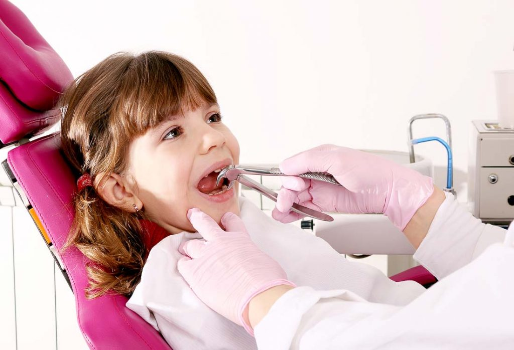 Vaikų odontologas ištraukia dantuką laiku, be skausmo ir be infekcijos rizikos
