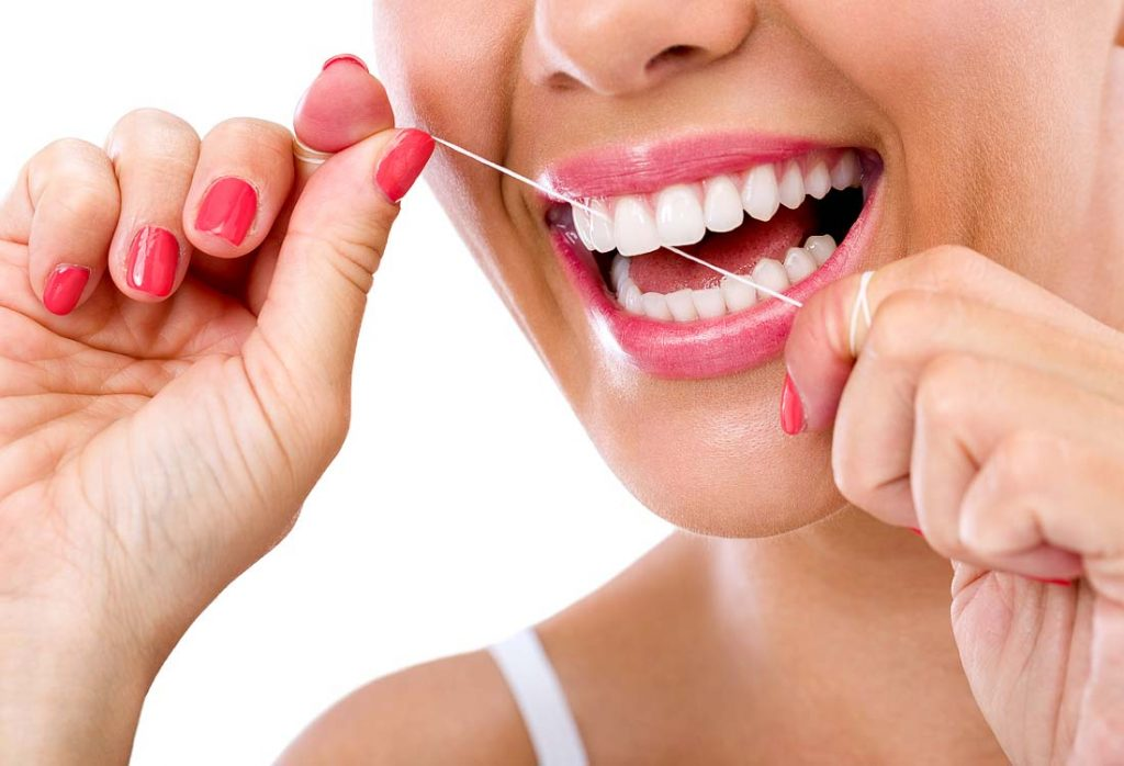 Dantų siūlo tempimas valymo metu reguliuojamas rankomis
