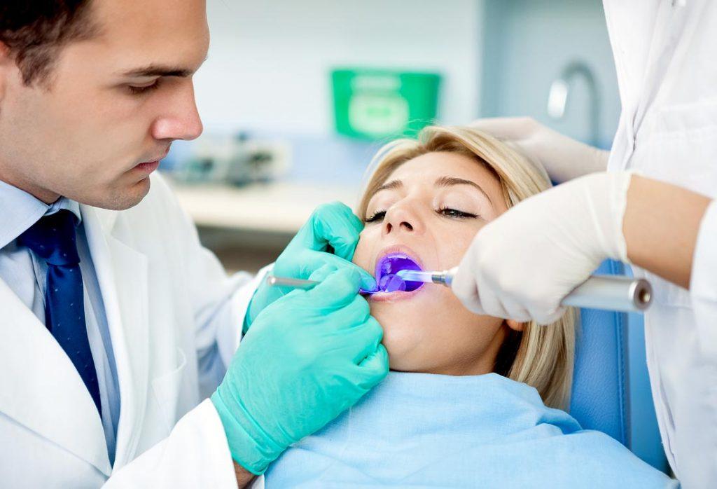 Užplombuotas dantis efektyviai kietinamas šiuolaikinės helio lempos spinduliais