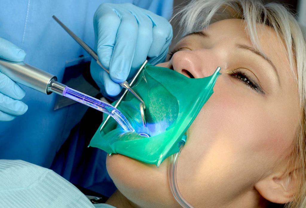 Esant gausiam seilėtekiui, koferdamas padeda palaikyti sausą burnos ertmę ir izoliuoja dantį, kad plombavimo metu nepatektų seilės