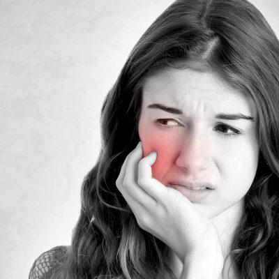 Dantų skausmas – rimtas signalas kreiptis į odontologą; nuskausminamieji vaistai priežasties nepašalins, tik paaštrins