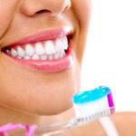 Odontologas papasakojo, kas atsitinka, kai laiku nepašalinami dantų akmenys